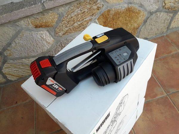 MB820 Reggiatrice a Batteria per reggette PET/PP 16-19mm con Batteria & Caricatore 3
